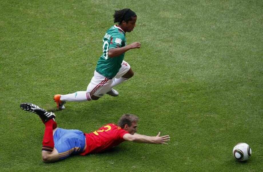 Mexico's Giovani Dos Santos dribbles past Spain's  Ignacio Monreal. Photo: Eduardo Verdugo, AP