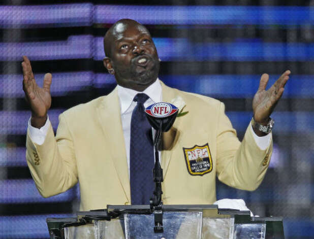 Emmitt Smith speaks during his enshrinement, citing those who were an inspiration for his life and career. Photo: Ron Schwane, AP
