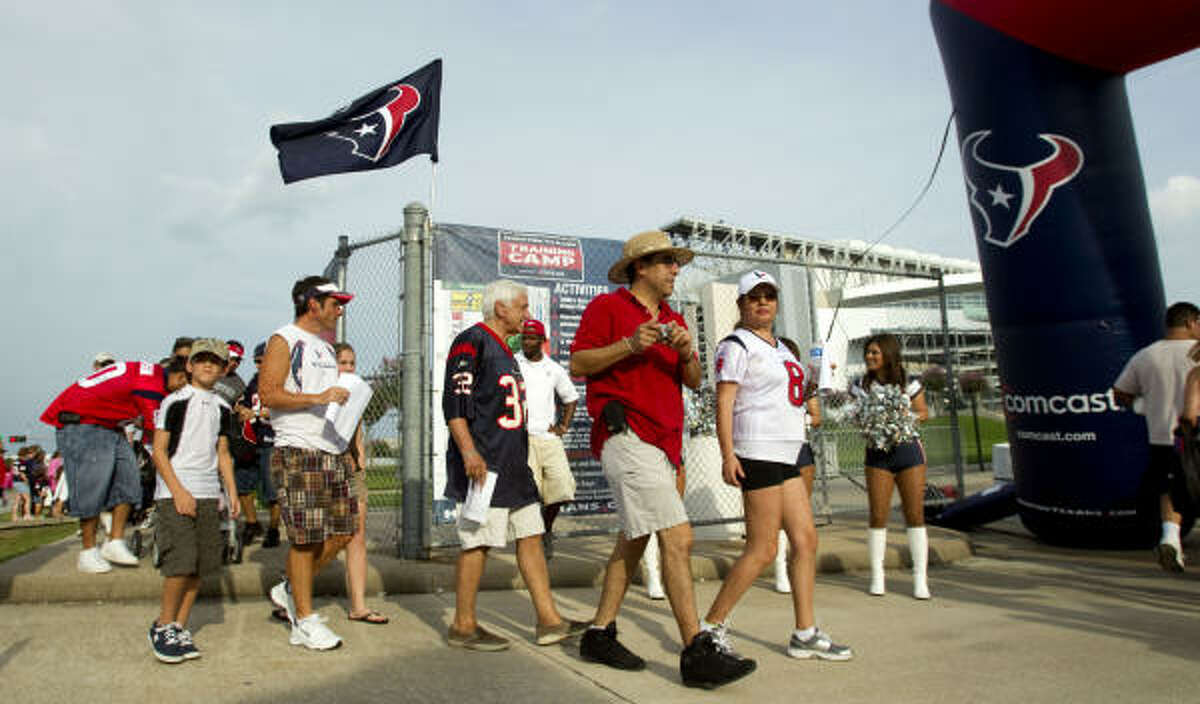 Texans fans arrive to the practice.