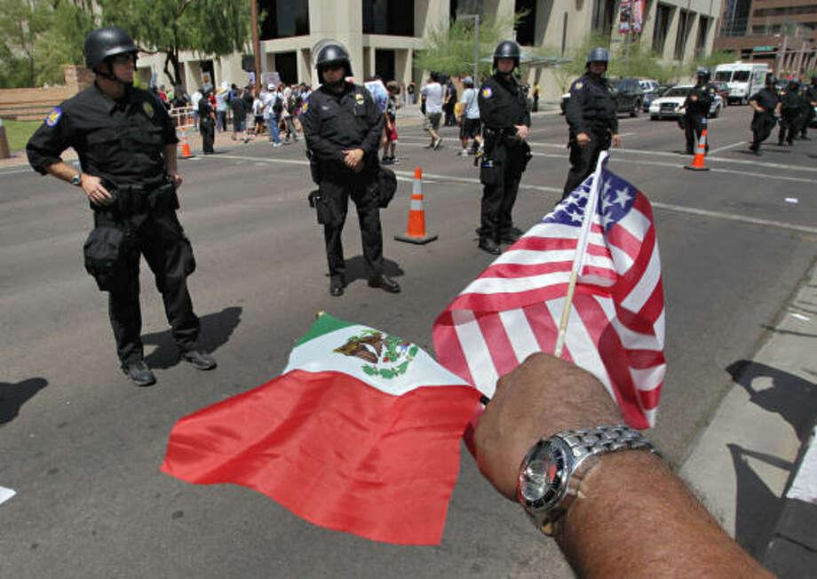 La policía de Phoenix se preparaba el jueves para las manifestaciones en contra de la ley de inmigración SB1070 de Arizona. El miércoles 28 de julio una jueza federal bloqueó las partes más polémicas de la ley. Photo: Matt York, AP