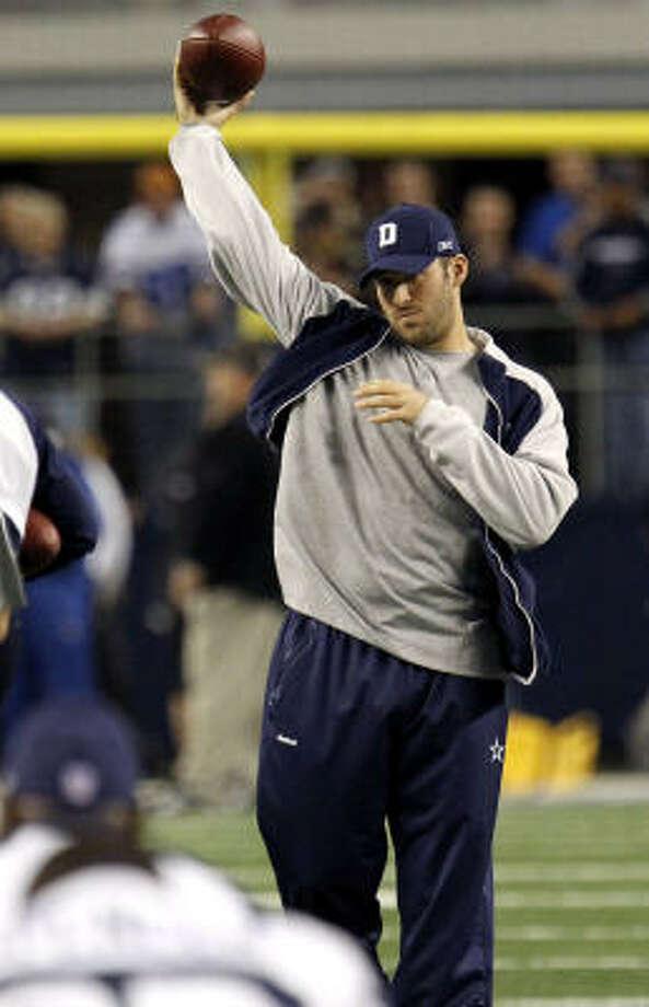 Tony Romo showed progress in his recovery from a broken collarbone by throwing before last Thursday's game, something he did in a practice setting for the first time on Monday. Photo: Brandon Wade, AP