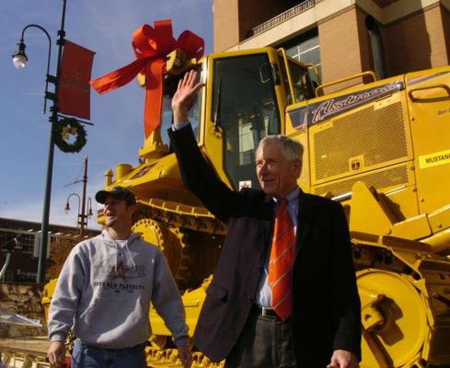 Astros owner Drayton McLane makes good on his promise and presents Roy Oswalt with a bulldozer for winning Game 6 of the NLCS. Photo: Carlos Antonio Rios, Chronicle