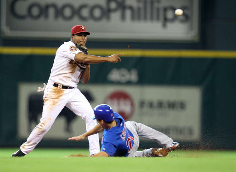 Astros shortstop Anderson Hernandez makes the out on Cubs outfielder Tyler Colvin during the third inning. Photo: Karen Warren, Chronicle