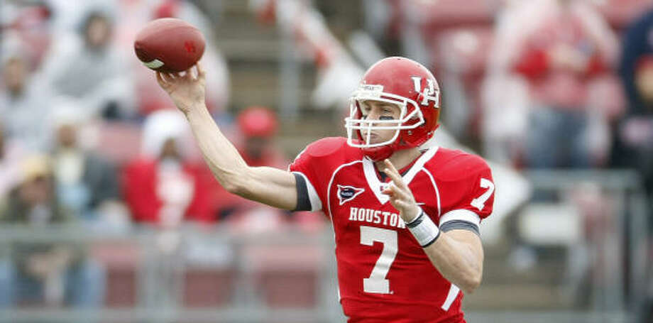 Houston quarterback Case Keenum (7) looks to connect with a receiver in the second quarter of his game against the University of Memphis Saturday, Nov. 21, 2009, in Robertson Stadium in Houston. ( Nick de la Torre / Chronicle ) Photo: Nick De La Torre, Houston Chronicle