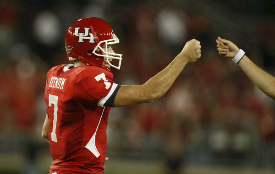 Houston quarterback Case Keenum (7) gets support from the bench in he second quarter of his game against Texas Tech Saturday, Sept. 26, 2009, in Robertson Stadium in Houston. ( Nick de la Torre / Chronicle ) Photo: Nick De La Torre, Houston Chronicle