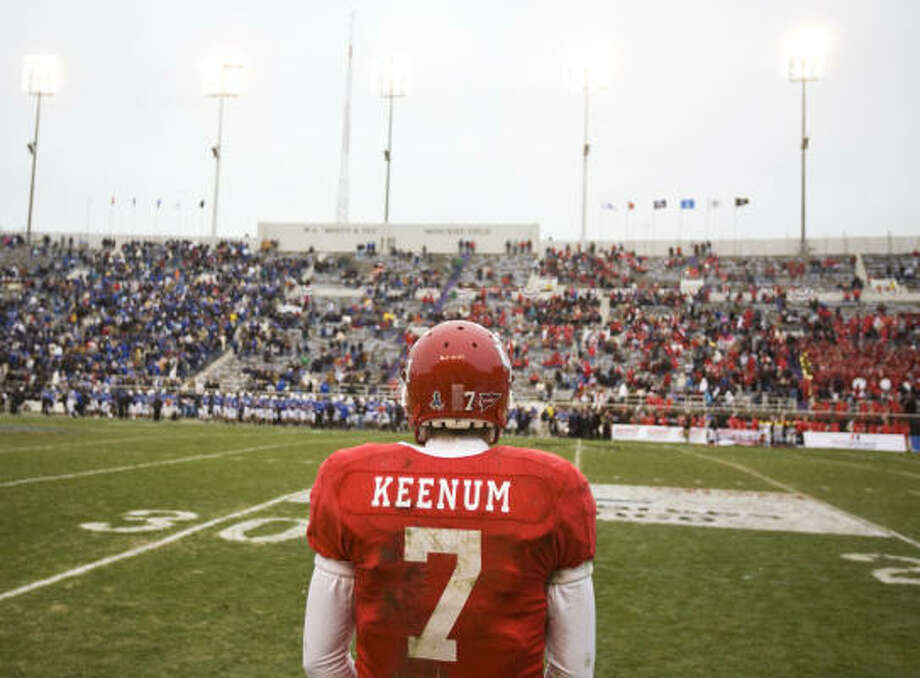 Houston quarterback Case Keenum (7) waits on the sidelines after throwing his last interception in the fourth quarter of his Bell Helicopter Armed Forces Bowl football game against Air Force Thursday, Dec. 31, 2009, in Carter Stadium on the TCU campus in Fort Worth. ( Nick de la Torre / Chronicle ) Photo: Nick De La Torre, Houston Chronicle