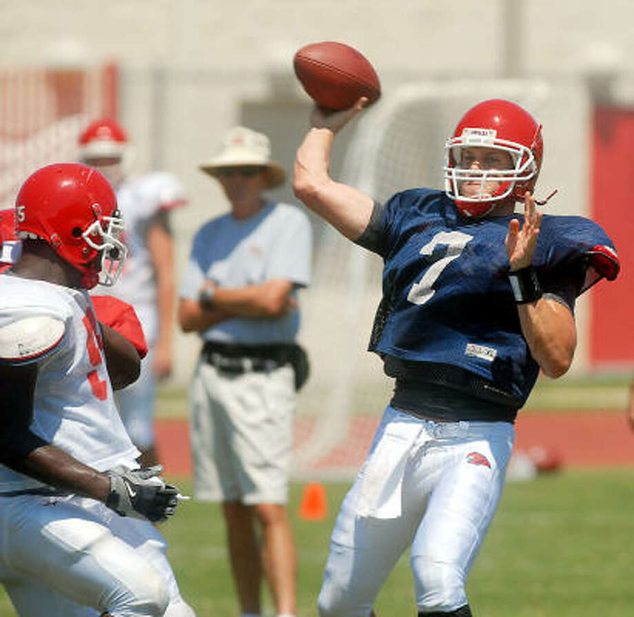 Quarterback Case Keenum passes for a gain during the University of Houston Cougars scrimmage game Saturday Aug. 22, 2009. Photo: Dave Rossman, For The Chronicle