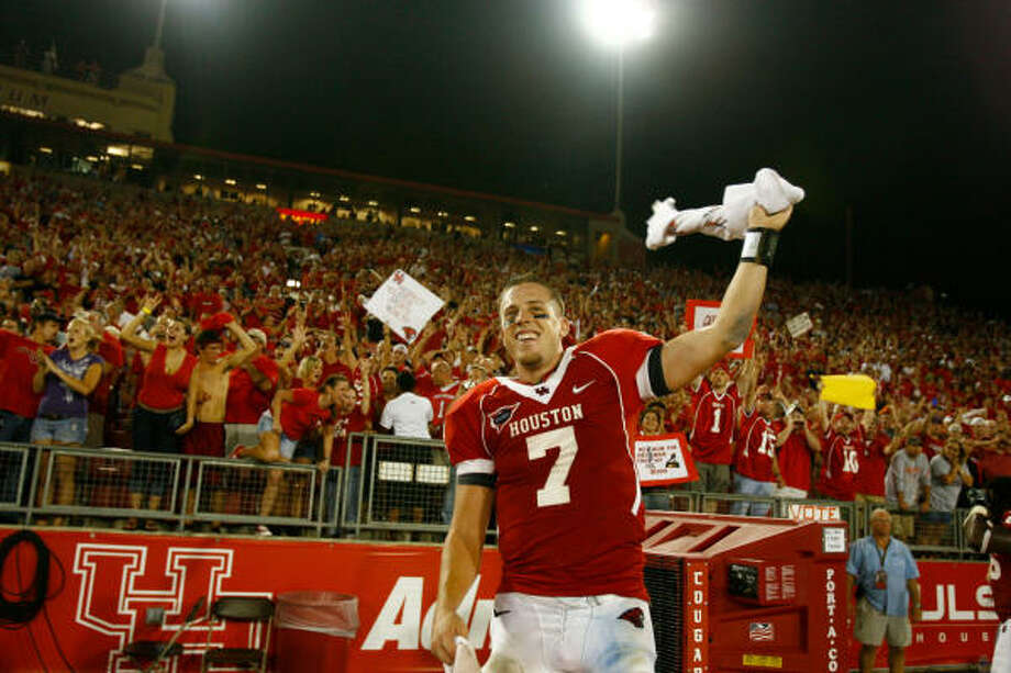 Houston quarterback Case Keenum (7)celebrates after beating Texas Tech  29-28 Sunday, Sept. 27, 2009, in Robertson Stadium in Houston. ( Nick de la Torre / Chronicle ) Photo: Nick De La Torre, Houston Chronicle