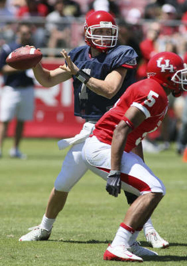 Quarterback Case Keenum looks to throw during the UH spring game at Robertson Stadium on Saturday, April 24, 2010. Photo: University Of Houston Athletics