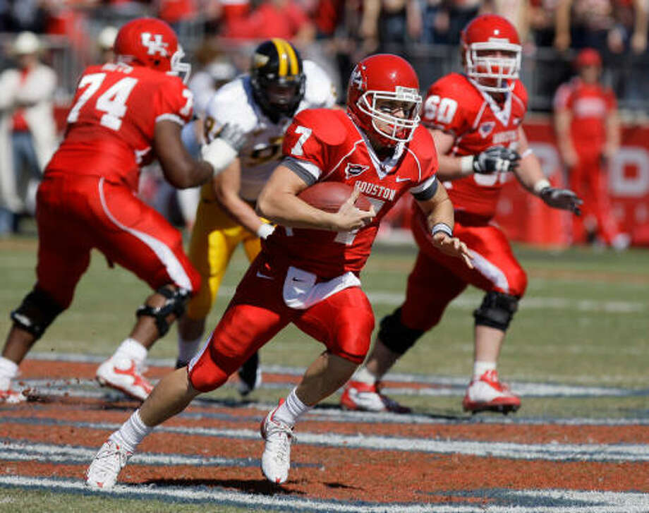 University of Houston QB (7) Case Keenum carries the ball for a first down on a fourth down keeper during the second quarter of game against Southern Miss at Robertson Stadium Saturday, Oct. 31, 2009, in Houston. ( Melissa Phillip / Chronicle ) Photo: Melissa Phillip, Houston Chronicle