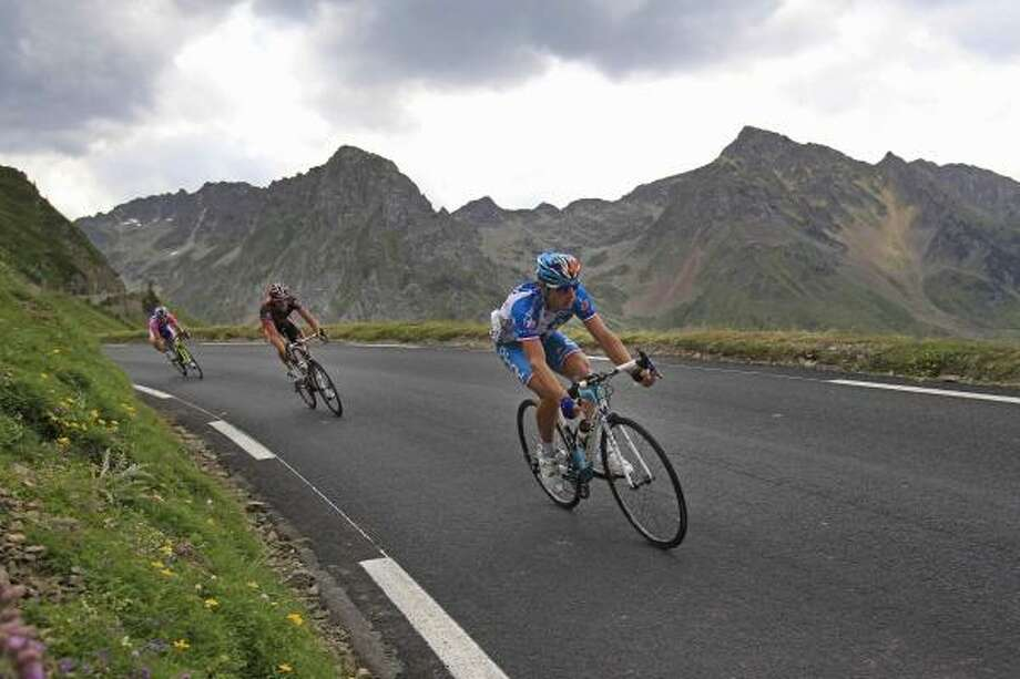 Stage winner Pierrick Fedrigo of France, right, speeds down Tourmalet Pass. Photo: Christophe Ena, AP