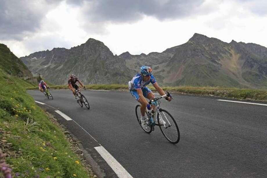 Stage winner Pierrick Fedrigo of France, right, speeds down Tourmalet Pass. Photo: Christophe Ena, AP