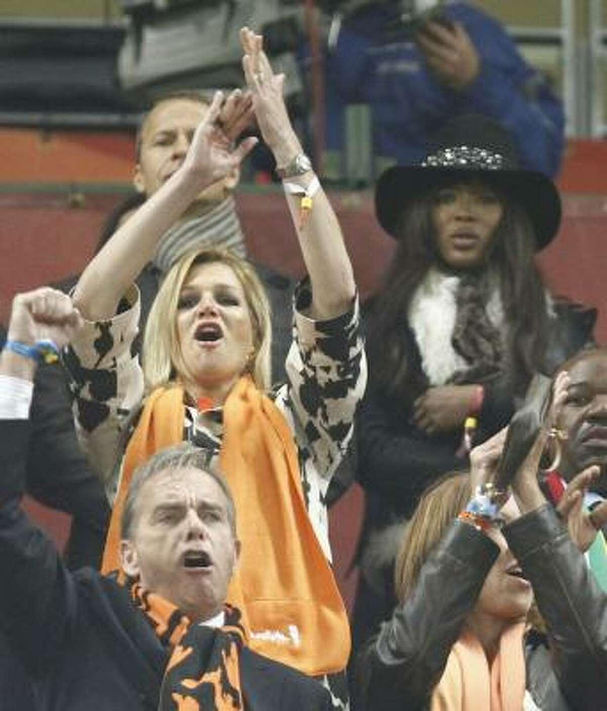 La princesa Máxima (izq.) de Holanda, oriunda de Argentina, apoya a la selección naranja frente a Uruguay, delante de la modelo Naomi Campbell (der.).