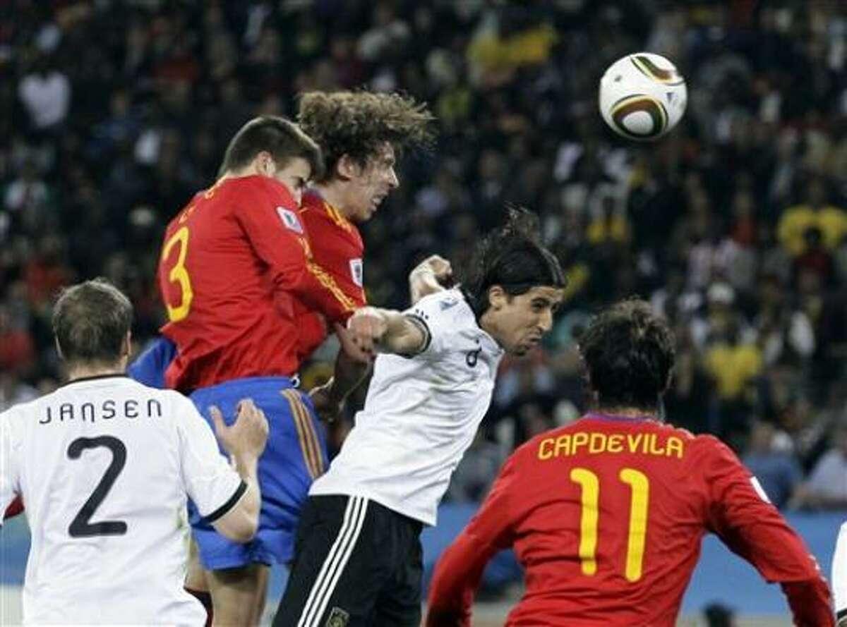 El español Carles Puyol, tercero desde la izquierda, remata de cabeza y anota el gol de la victoria contra Alemania en las semifinales del Mundial de Sudáfrica, el miércoles 7 de julio de 2010, en Durban.