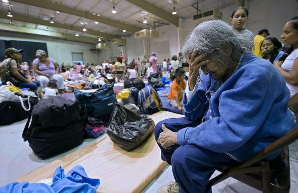Una anciana llora en un refugio de Matamoros, Tamaulipas, al que tuvo que acudir ante la llegada del huracán Alex el 30 de junio al noreste de México.