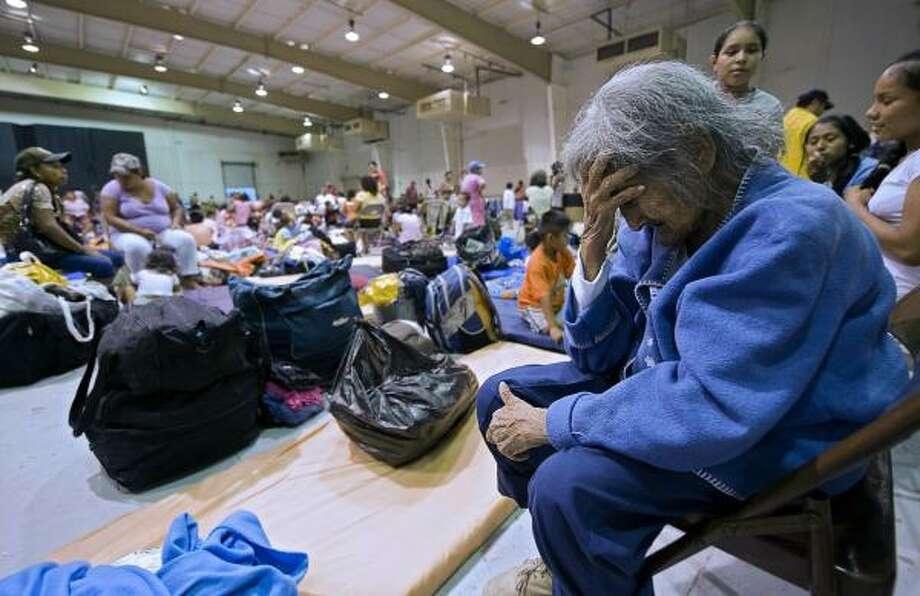 Una anciana llora en un refugio de Matamoros, Tamaulipas, al que tuvo que acudir ante la llegada del huracán Alex el 30 de junio al noreste de México. Photo: LUIS ACOSTA, AFP/Getty Images