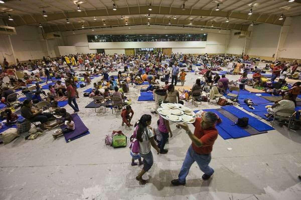 Este centro de convenciones abrió las puertas a los refugiados por el huracán Alex en Matamoros, México.