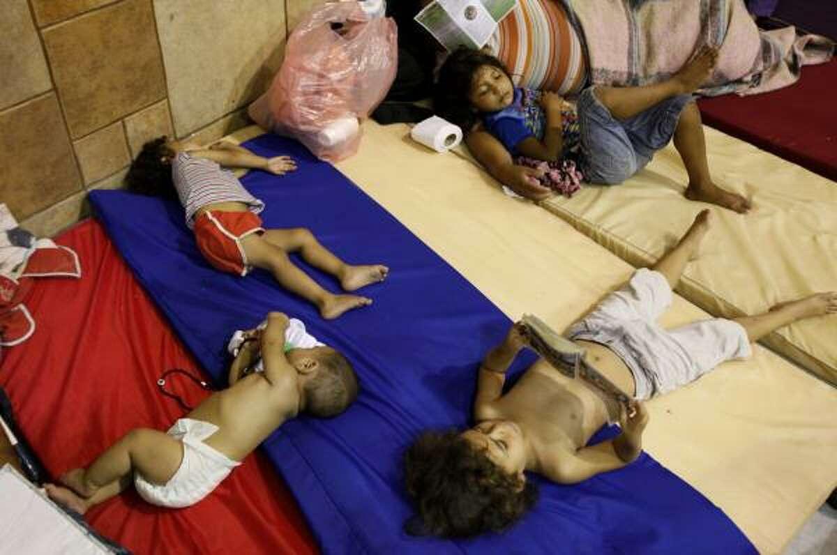 Estos niños encontraron refugio en un centro de convenciones de Matamoros, Tamaulipas.