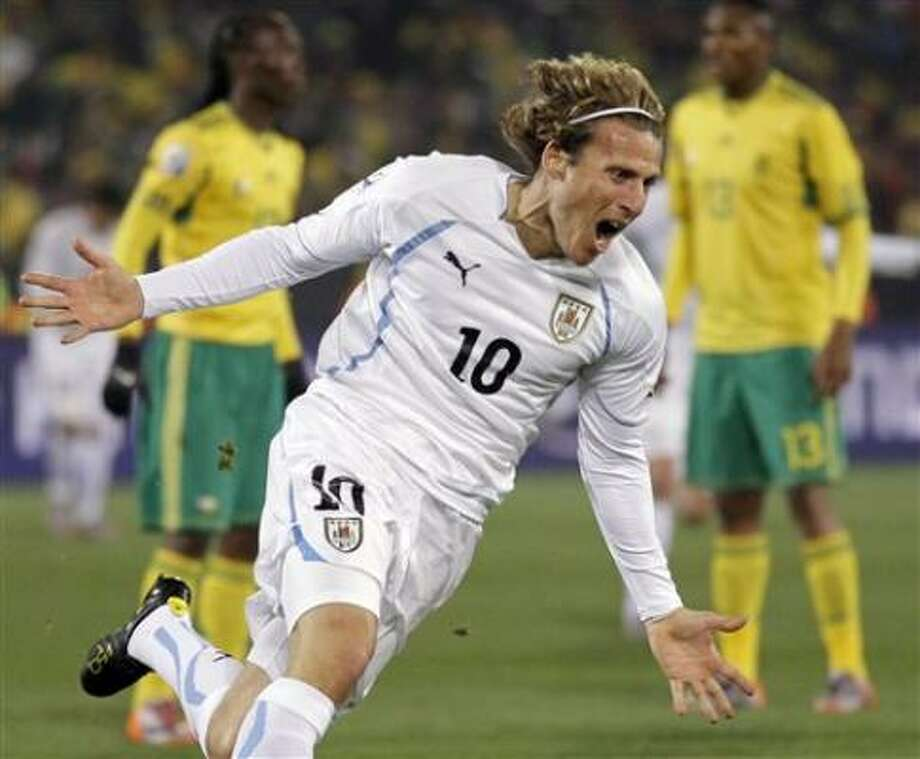Diego Forlán y sus goles fueron fundamentales para que Uruguay ganara el Grupo A. Photo: Matt Dunham, AP