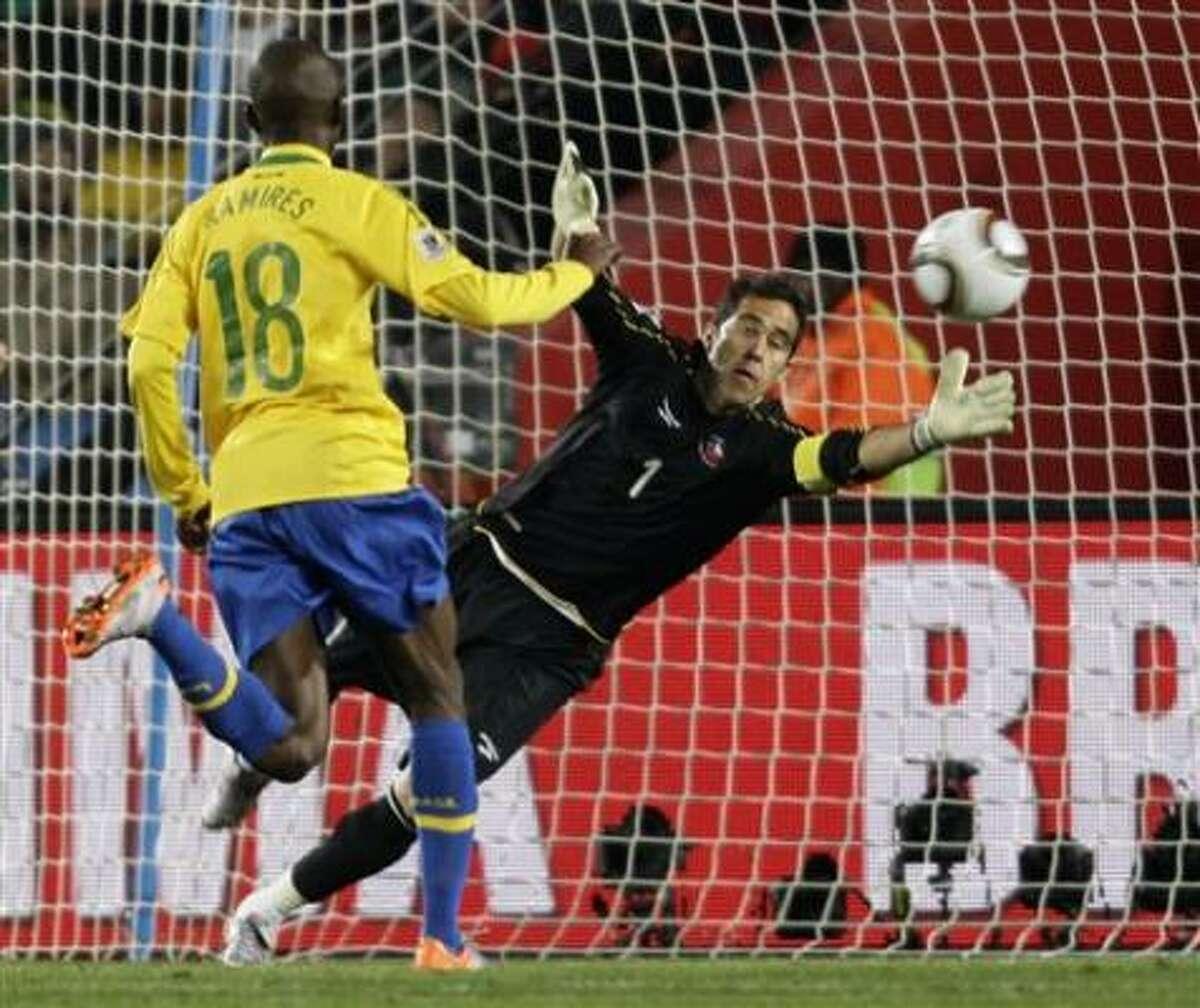 Juan (4) anota de cabeza el primer gol de Brasil contra Chile en los octavos de final de la Copa Mundial el 28 de junio en Johannesburgo.
