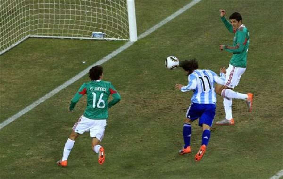 El jugador de Argentina, Carlos Tevez, centro, marca un gol contra México en el Mundial el domingo, 27 de junio de 2010, en Johannesburgo.