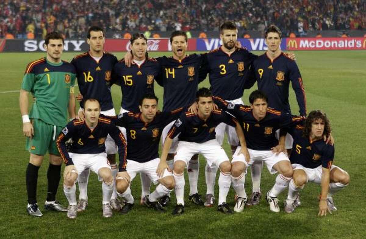 El equipo español saltó a la cancha, de azul, para enfrentar a Chile con este equipo.
