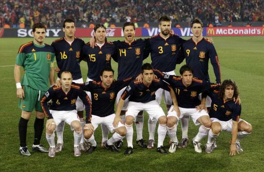 El equipo español saltó a la cancha, de azul, para enfrentar a Chile con este equipo. Photo: Dani Ochoa De Olza, AP