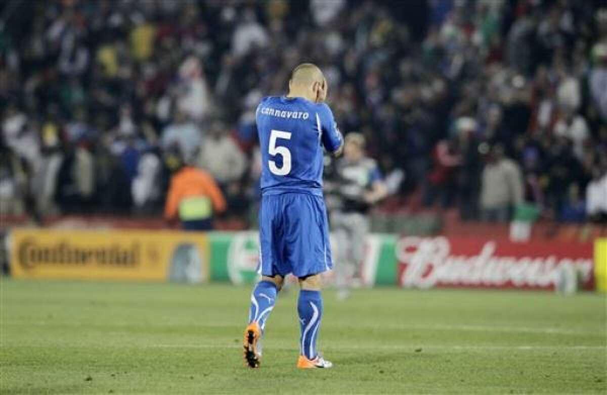 El italiano Fabio Cannavaro reacciona después del partido que Italia perdió 3-2 contra Eslovaquia que le valió la eliminación del Mundial en Johannesburgo, Sudáfrica, el 24 de junio del 2010.