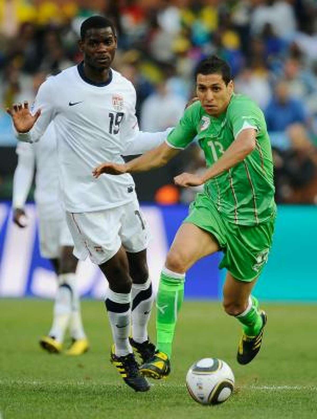 El argelino Karim Matmour (der.) trata de escaparse del estadounidense Maurice Edu.