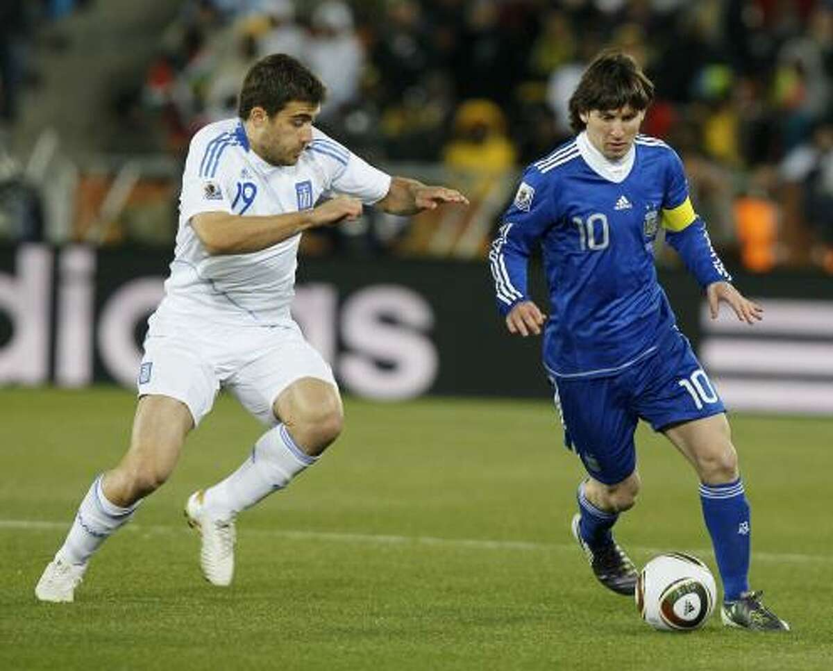El delantero argentino Lionel Messi (der.) se escapa del griego Sokratis Papastathopoulos.