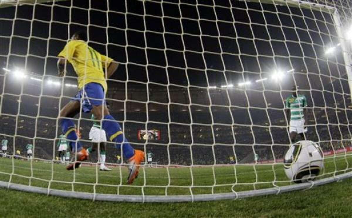 El brasileño Robinho, a la izquierda, se retira luego que su compañero Luis Fabiano, que no aparece en la foto, anotara un gol en el partido contra Costa de Marfil por el Mundial, el domingo 20 de junio de 2010.