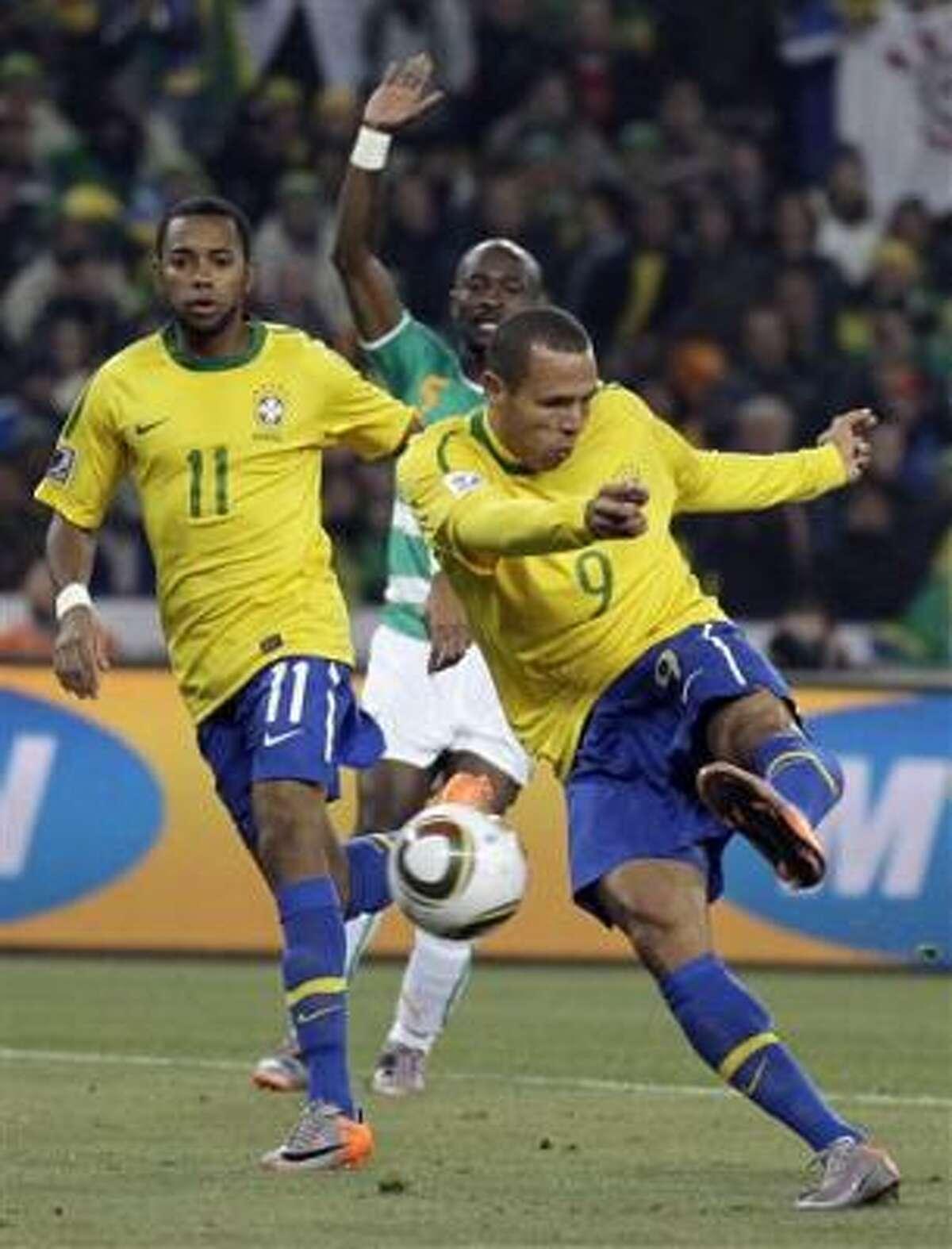 El brasileño Luis Fabiano (9) anota su segundo gol ante Costa de Marfil.