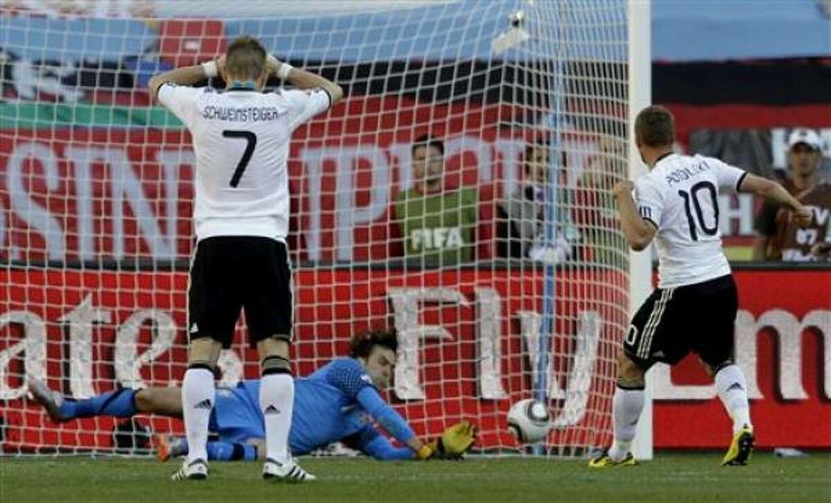 Los jugadores de Estados Unidos y Eslovenia observan mientras el estadounidense Maurice Edu, derecha, parece anotar un gol que no fue validado por el árbitro en un partido por el Mundial el viernes, 18 de junio de 2010, en Johannesburgo.
