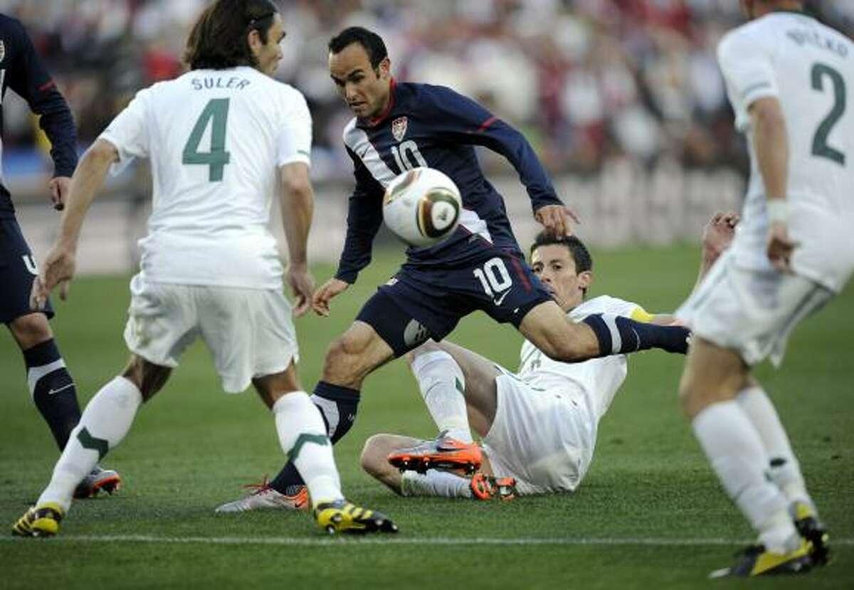 El delantero estadounidense Landon Donovan (10) pelea por la pelota entre defensas de Eslovenia.