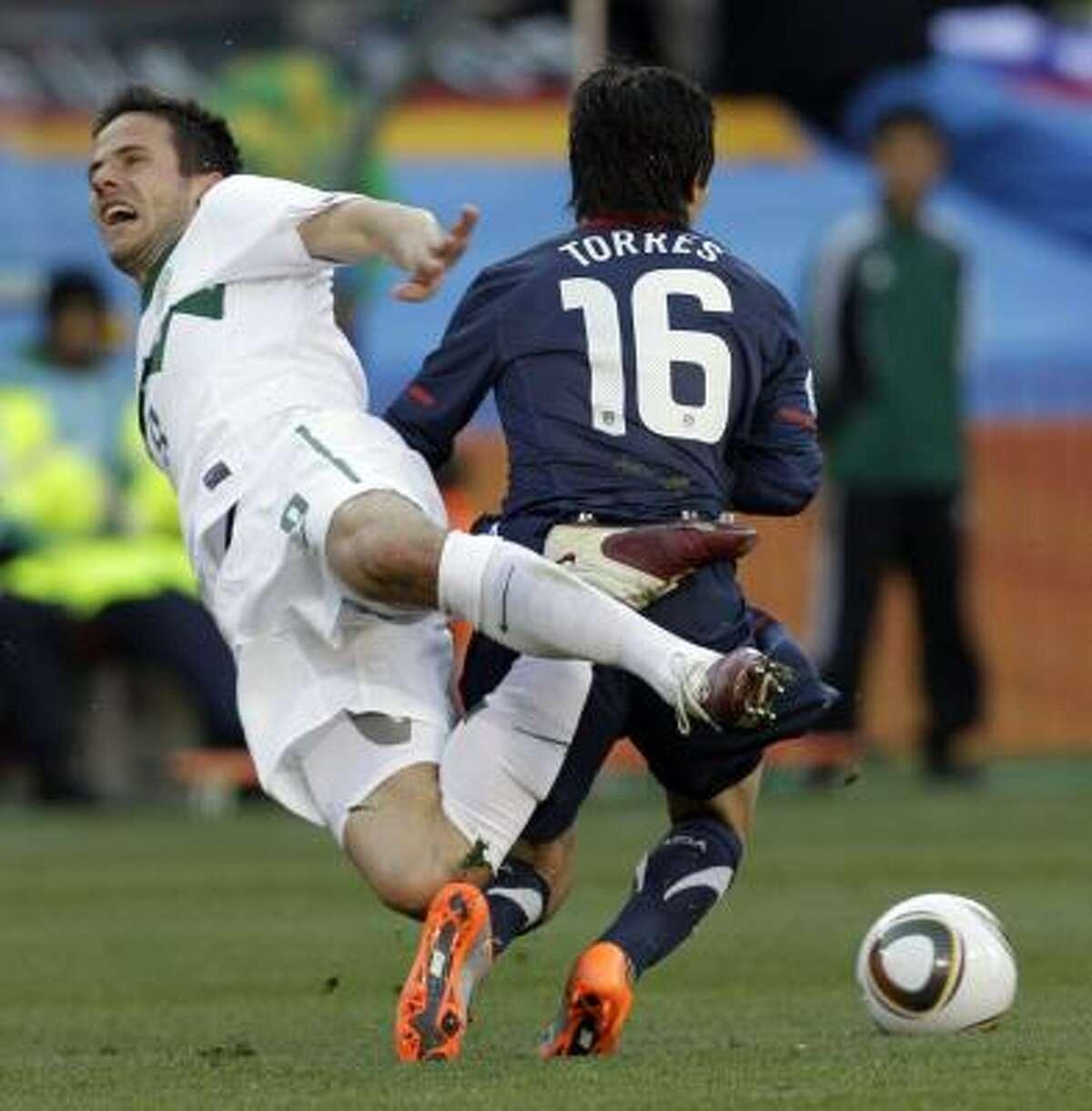 El méxico-estadounidense José Torres (der.) comete falta al esloveno Zlatan Ljubijankic.