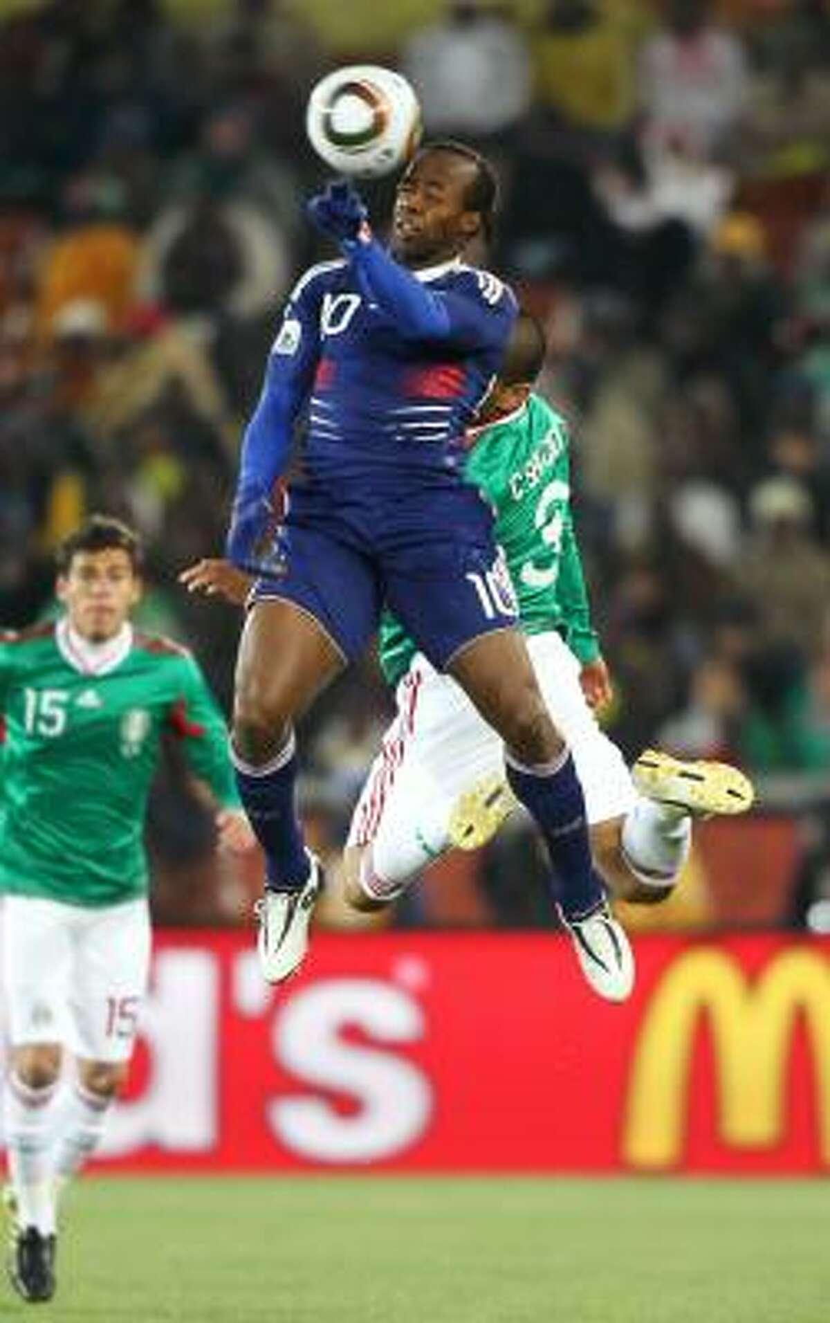 El francés Sidney Govou pelea un balón por arriba con el defensa mexicano Carlos Salcido (3).
