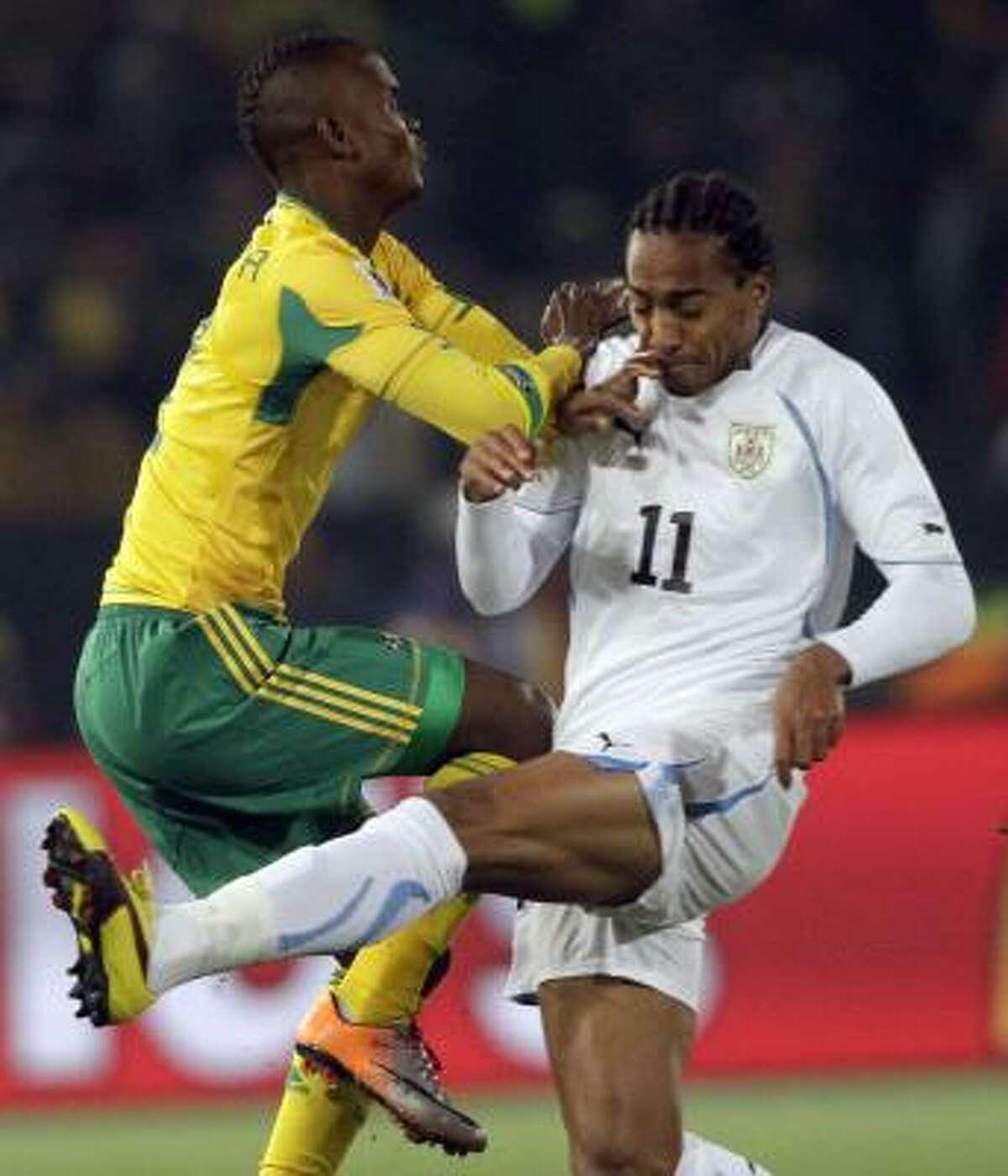 Gaxa (izq.) pelea fuerte por el balón con el uruguayo Álvaro Pereira.