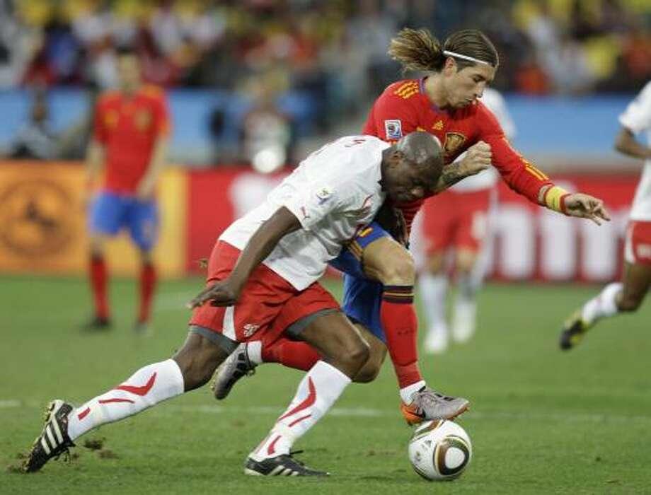 El suizo Blaise Nkufo (izq.) pelea por el balón con el español Sergio Ramos (der.). Photo: Daniel Ochoa De Olza, AP