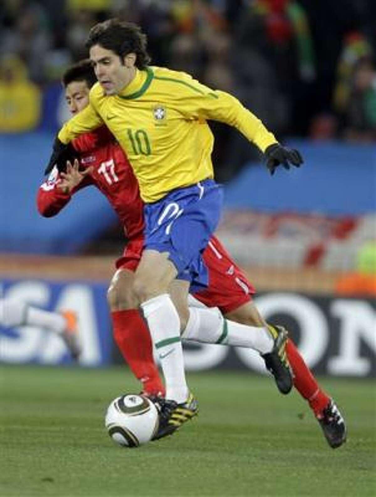 El brasileño Kaká controla la pelota ante el acoso del defensa norcoreano An Yong Hak.