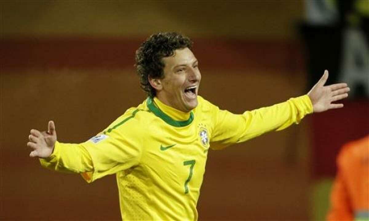 El jugador de Brasil, Elano, festeja un gol contra Corea del Norte en el Mundial el martes, 15 de junio de 2010, en Johannesburgo.