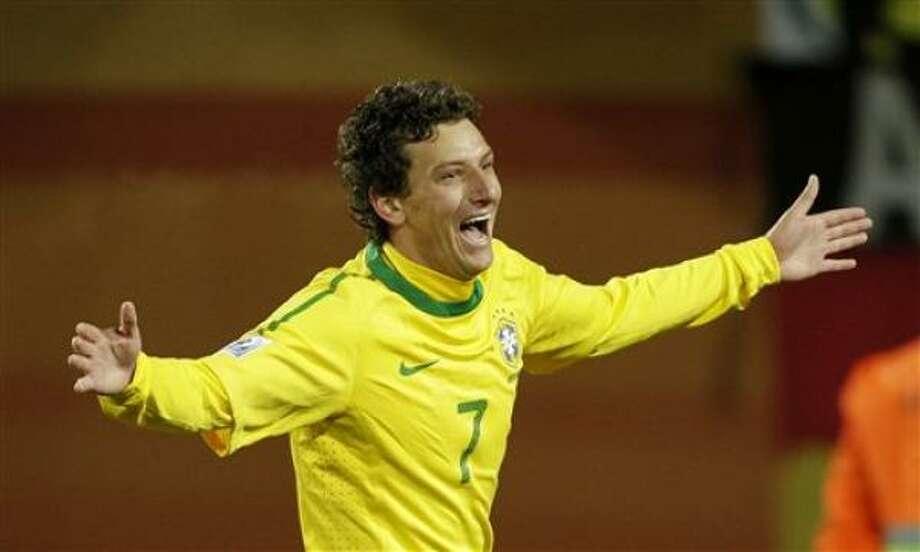 El jugador de Brasil, Elano, festeja un gol contra Corea del Norte en el Mundial el martes, 15 de junio de 2010, en Johannesburgo. Photo: Frank Augstein, AP