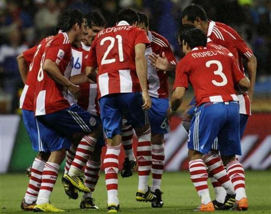 Los jugadores de Paraguay festejan tras un gol de Antolín Alcaraz contra Italia en el Mundial el lunes, 14 de junio de 2010, en Ciudad del Cabo. Photo: Roberto Candia, AP