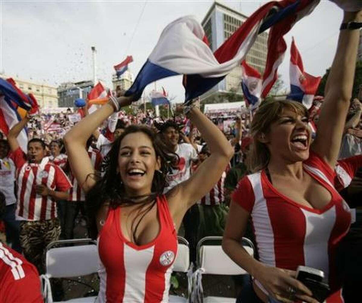 Seguidores de Paraguay festejan un gol de su equipo contra Italia en el Mundial el lunes, 14 de junio de 2010, en Asunción.