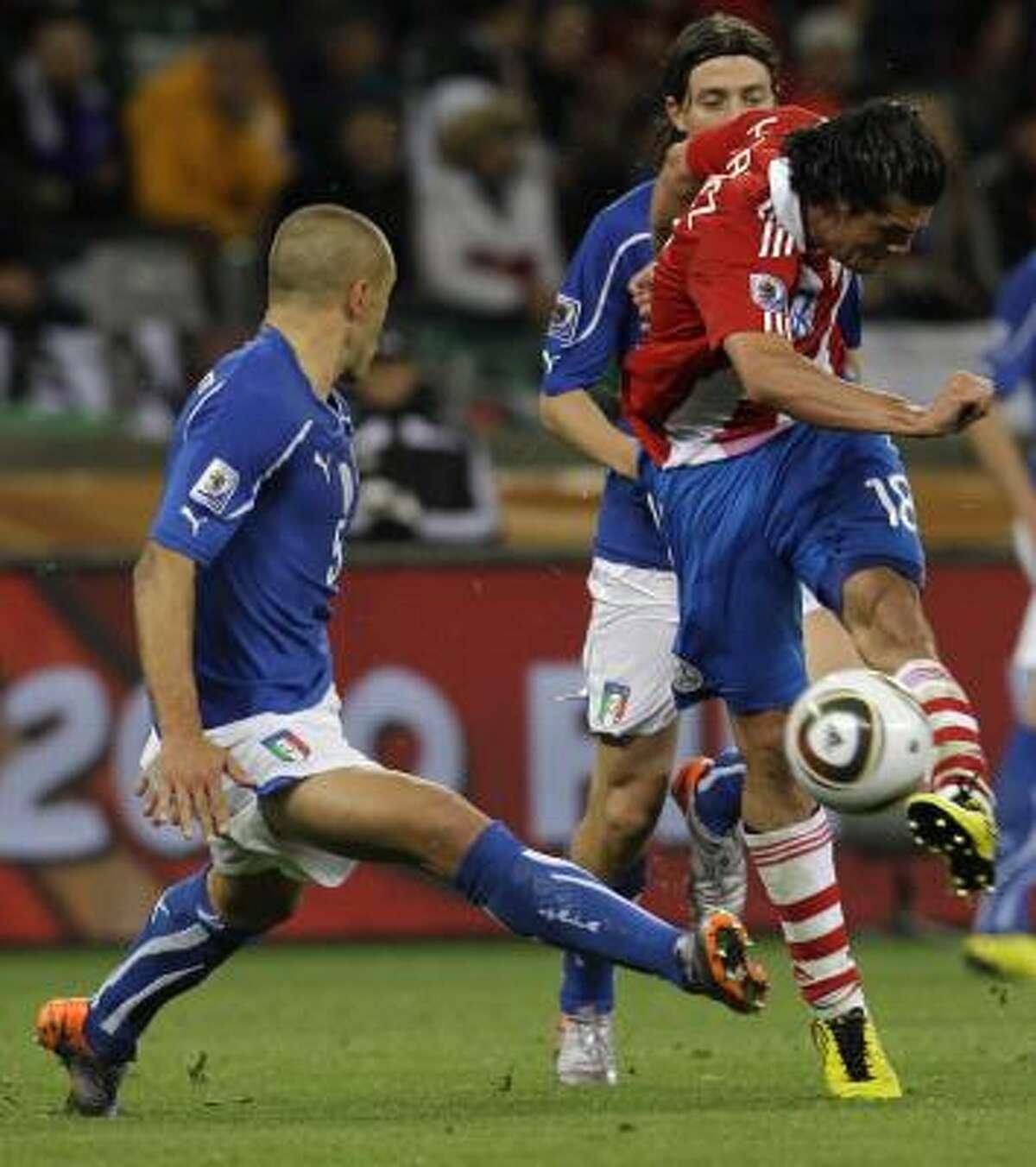 El paraguayo Nelson Haedo Valdez (der.) remata ante la marca del italiano Fabio Cannavaro.