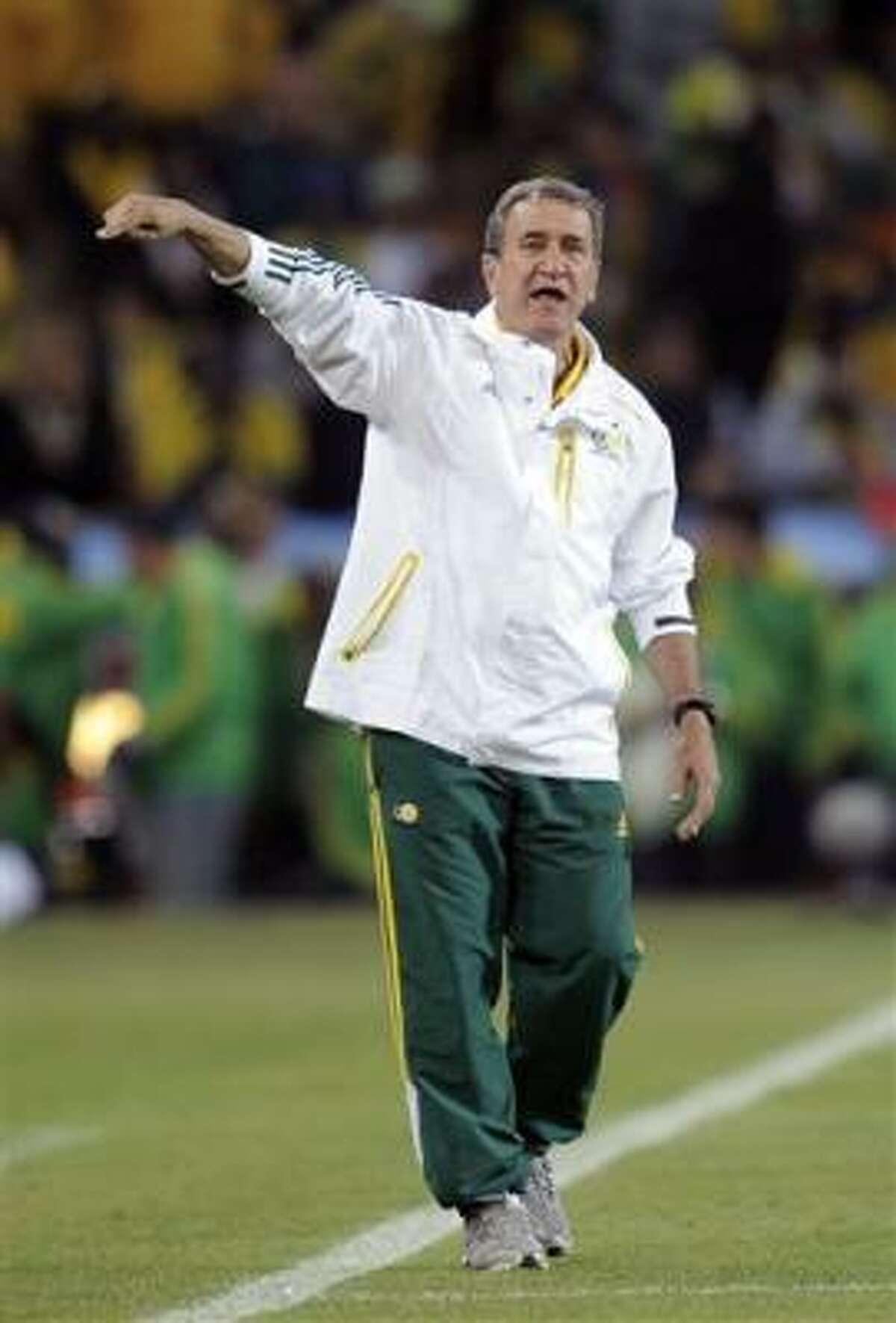 El técnico de Sudáfrica Carlos Alberto Parreira gesticula durante el partido contra México por la Copa del Mundo, el viernes 11 de junio de 2010.