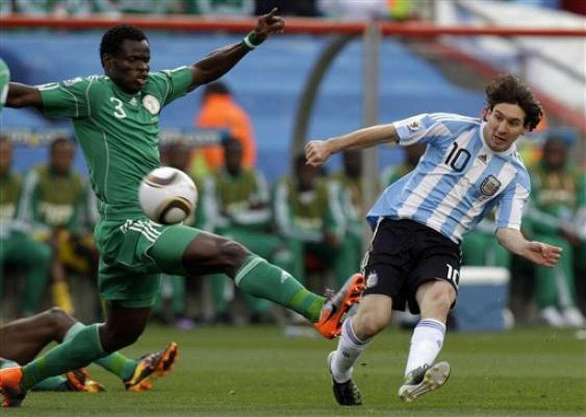 El jugador de Argentina, Lionel Messi, derecha, patea el balón en un partido contra Nigeria por el Mundial el sábado, 12 de junio de 2010, en Johannesburgo.
