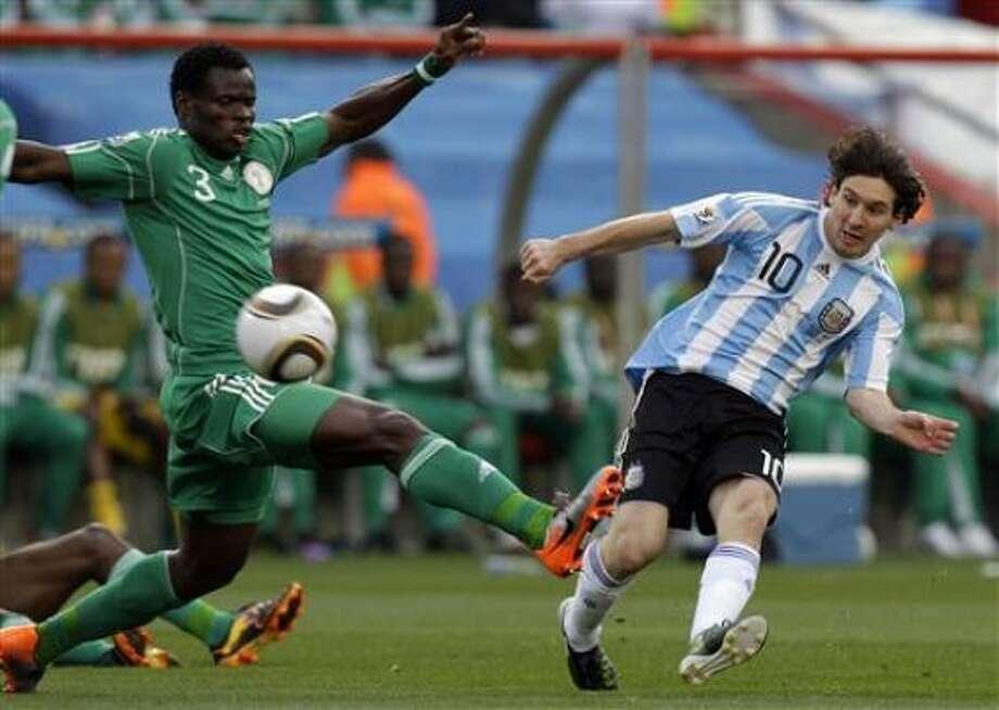 El jugador de Argentina, Lionel Messi, derecha, patea el balón en un partido contra Nigeria por el Mundial el sábado, 12 de junio de 2010, en Johannesburgo. Photo: Rick Bowmer, AP