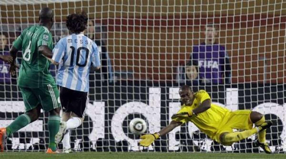 El arquero nigeriano Vincent Enyeama, derecha, bloquea un disparo del argentino Lionel Messi durante el partido del grupo B del Mundial entre Argentina y Nigeria en el estadio Ellis Park en Johannesburgo, Sudáfrica, el sábado 12 de junio de 2010.