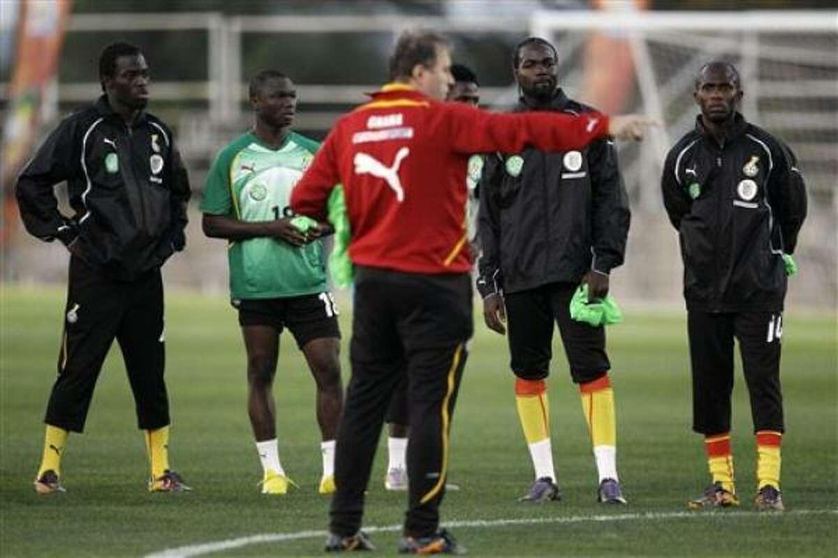 El entrenador de la selección nacional de SerbiaRadomir Antic, al centro, le da instrucciones a sus jugadores durante un entrenamiento en el estadio Rand de Johannesburgo, el viernes 11 de junio de 2010.