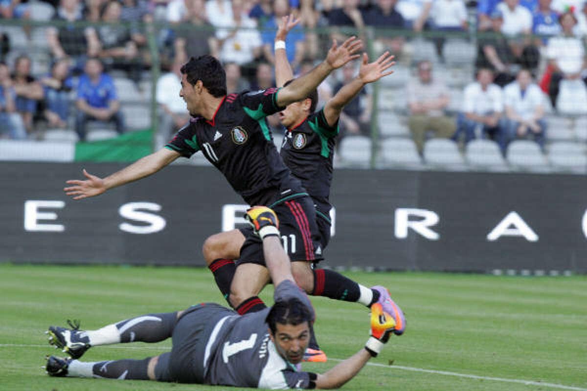 El delantero mexicano Carlos Vela celebra su gol, el primero del partido, del histórico triunfo de su país ante Italia.